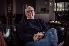 project-zenna-portret-foto-prortretfoto-senior-zittend-bank-woonkamer