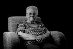 project-zenna-portret-foto-prortretfoto-senior-zittend-stoel