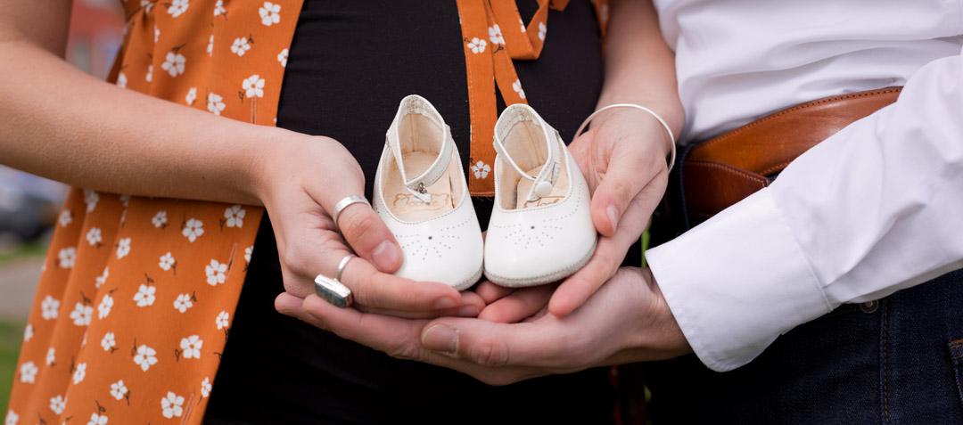Lifestyle Zwangerschapsreportage een detailfoto van de schoentje voor de baby