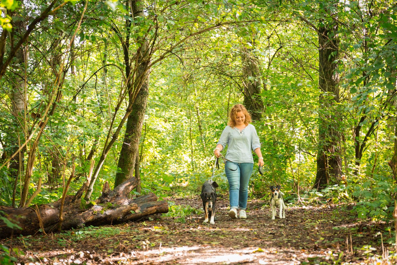 Lifestyle Reportage op Stadslandgoed de Kemphaan. Wandelen met de honden in het bos.