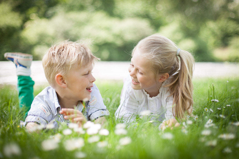 Lifestyle Fotografie van kinderen. Lekker aan het spelen, rennen en relaxen in het Beatrixpark te Almere.