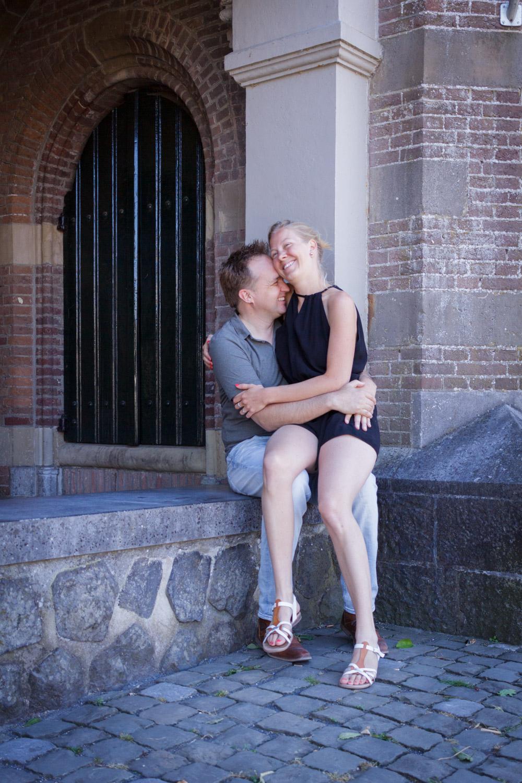 """Lifestyle Fotoshoot """"Vier de liefde samen"""". Een loveshoot van een stelletje in Naarden-Vesting."""