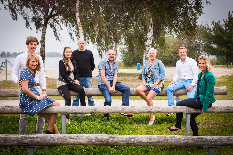 Lifestyle Fotografie voor een hele familie. Een fotoshoot op het stand bij Zeewolde.