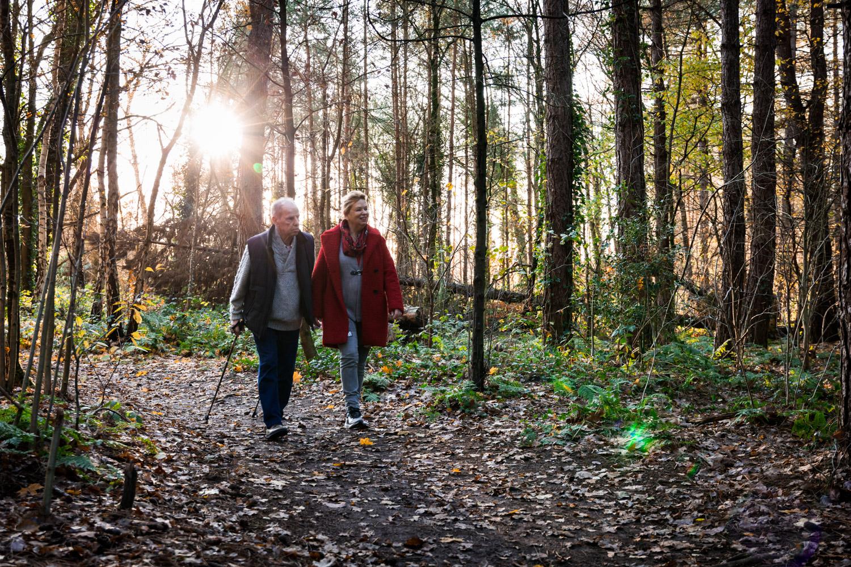 Lifestyle Fotoshoot van een echtpaar in hun favoriete bos: De Loosdrechtsebossen.