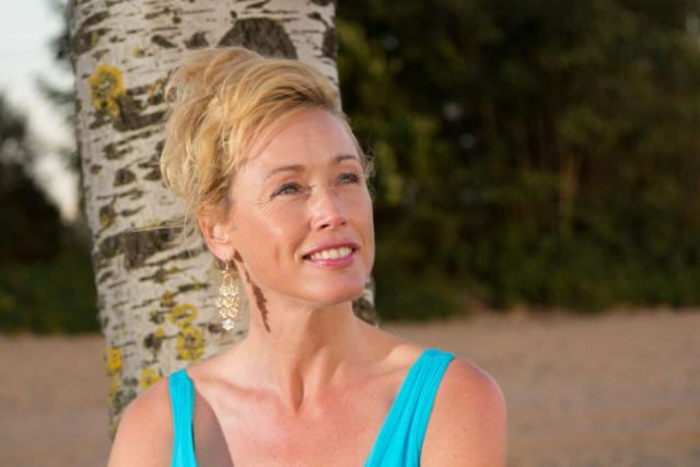 """Lifestyle Fotoshoot """"Mooie portretten"""". Een dame genietend van de zon op het Almeerderstrand."""
