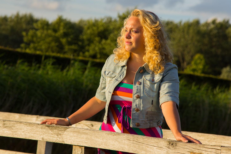 """Lifestyle Fotoshoot """"Mooie portretten"""". Deze tiener geniet van de laatste zonnestralen vlak voor het gouden uurtje."""