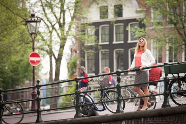 """Lifestyle Fotoshoot """"Mooie portretten"""". Een zakelijk portret van een ras Amsterdamse dame."""