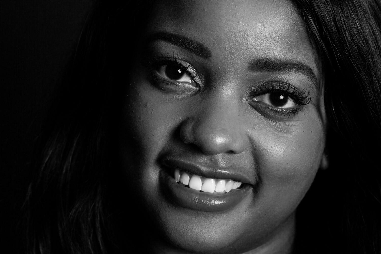 """Studio Fotoshoot """"Mooie Portretten"""". Een krachtig zwart wit portret van een donkere vrouw."""