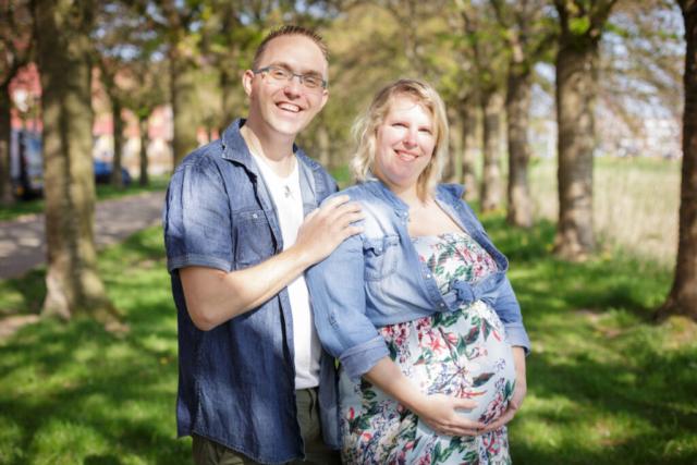 Zwangerschapsshoot buiten in de zon
