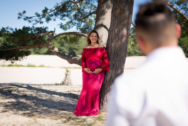 Zwangerschapsshoot in de Soesterduinen in een rode jurk