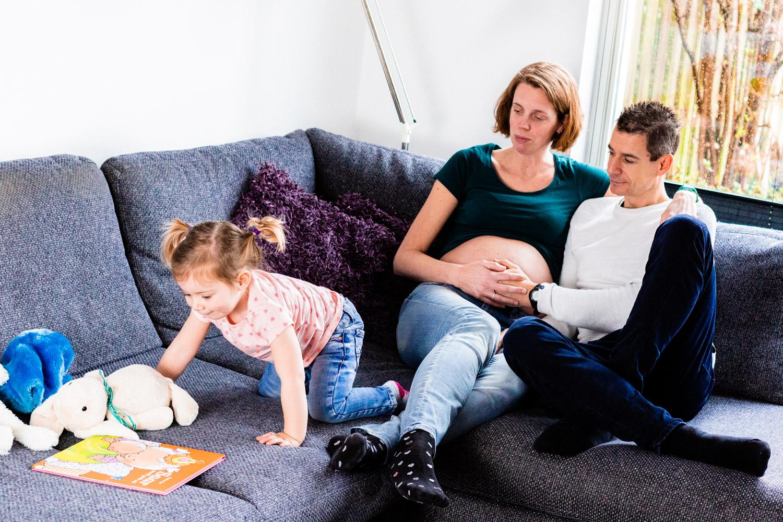 Zwangerschapsshoot thuis op de bank