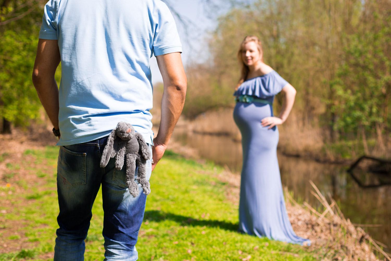 Zwangerschapsshoot in een zwangerschapsjurk